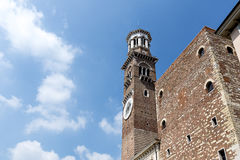 Bella torre di Lamberti, delle Erbe, Verona, Italia della piazza Fotografia Stock Libera da Diritti