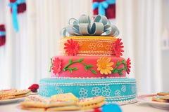Bella torta di cerimonia nuziale multi-a file Immagine Stock