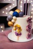 Bella torta di compleanno ad un partito - trentesimo anniversario fotografia stock