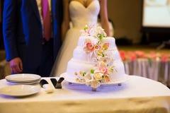 Bella torta nunziale con i fiori bianchi Fotografie Stock Libere da Diritti