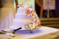 Bella torta nunziale con i fiori bianchi Fotografia Stock Libera da Diritti