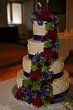 Bella torta nunziale con i lotti dei fiori Immagini Stock
