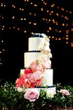 Bella torta nunziale rosa e bianca fotografia stock