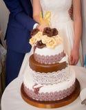 Bella torta nunziale rossa e bianca immagine stock
