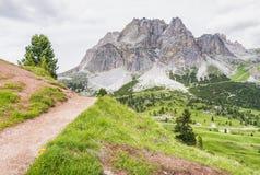 Bella traccia fra le montagne delle dolomia, Italia Fotografie Stock