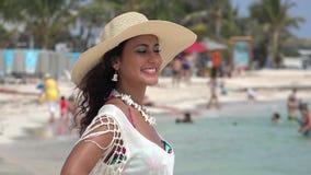 Bella vacanza della spiaggia della donna stock footage
