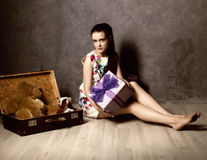 Bella valigia dell'imballaggio della giovane donna e prepararsi per il viaggio, concetto retro immagini stock libere da diritti