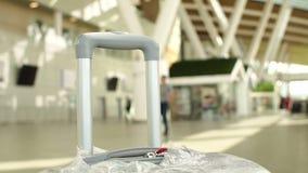 Bella valigia grigia per bagaglio a mano in terminale di aeroporto, rifugio vuoto stock footage