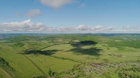 Bella valle collinosa dall'aria Le ombre bizzarre dalle nuvole sono impresse sulla terra video d archivio