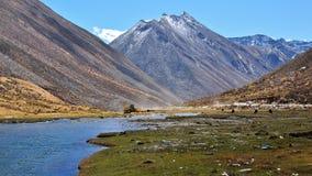 Bella valle con le montagne ed i fiumi della neve dentro immagini stock libere da diritti