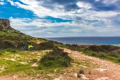 Bella valle dal mare Traccia che conduce lungo la vista sul mare della costa nel Cipro Ayia Napa fotografia stock