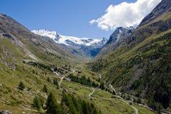 Bella valle di Taesch nelle alpi svizzere Immagine Stock