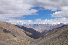 Bella valle e montagna snowcapped osservate dalla La di Khardung, HDR Fotografie Stock Libere da Diritti
