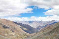 Bella valle e montagne snowcapped di Karakoram osservate dalla La di Khardung, HDR Fotografia Stock
