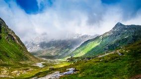 Bella valle verde nelle alpi Fotografia Stock Libera da Diritti