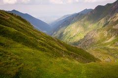 Bella valle verde nelle montagne rumene, Carpathians fotografia stock
