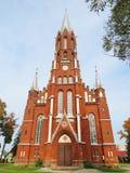 Bella vecchia chiesa rossa nella città di Silale, Lituania immagini stock