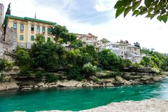 Bella vecchia città Mostar e fiume di Neretva fotografia stock libera da diritti