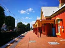 Bella vecchia costruzione arancio di progettazione della stazione ferroviaria di Arncliffe il giorno del sole fotografia stock libera da diritti