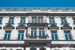 Bella vecchia facciata dell'edificio residenziale Immagini Stock Libere da Diritti
