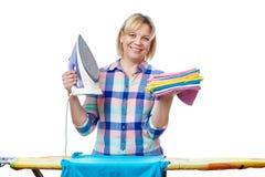 Bella vestiti rivestiti di ferro della donna casalinga Fotografia Stock Libera da Diritti