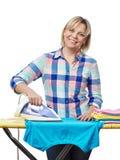 Bella vestiti rivestiti di ferro della donna casalinga Fotografie Stock Libere da Diritti