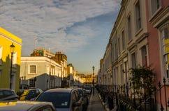 Bella via con le costruzioni variopinte in un giorno soleggiato Fotografia Stock Libera da Diritti