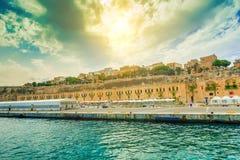 Bella via dell'argine di La Valletta con le porte variopinte tradizionali Immagini Stock Libere da Diritti