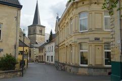 Bella via nel fondo di Valkenburg una chiesa Fotografie Stock Libere da Diritti
