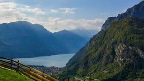 Bella via nelle alpi delle montagne Fotografia Stock Libera da Diritti
