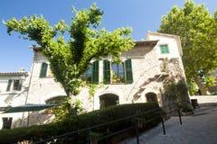 Bella via in Valldemossa, vecchio villaggio mediterraneo famoso di Maiorca Spagna Immagine Stock