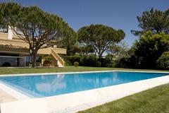 Bella villa con il giardino e un raggruppamento Fotografia Stock