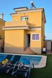 Bella villa con lo stagno in Spagna Immagini Stock