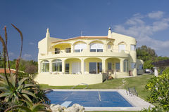 Bella villa con un giardino e un raggruppamento Immagine Stock
