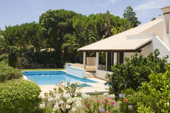 Bella villa con un giardino e un raggruppamento sani Fotografie Stock Libere da Diritti