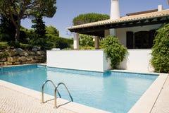 Bella villa con un giardino e un raggruppamento sani Fotografie Stock