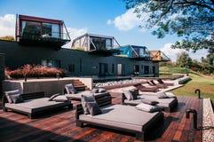 Bella villa moderna di vacanza del sottotetto con il balcone, lo stagno e grande Fotografia Stock Libera da Diritti