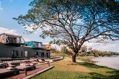 Bella villa moderna di vacanza del sottotetto con il balcone, lo stagno e grande Fotografia Stock