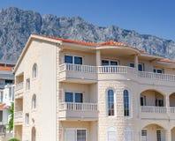 Bella villa sui precedenti delle montagne un giorno soleggiato immagine stock libera da diritti