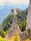 Bella vista ad un picco da Postavaru nelle montagne carpatiche Fotografia Stock Libera da Diritti