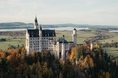 Bella vista aerea del castello del Neuschwanstein nella stagione di autunno Immagine Stock Libera da Diritti