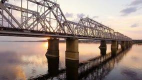 Bella vista aerea del ponte ferroviario attraverso il fiume Volga al tramonto video d archivio