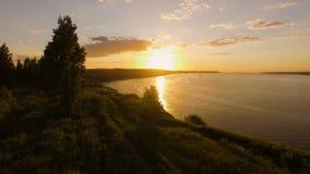 Bella vista aerea del tramonto sopra il fiume stock footage