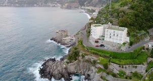 Bella vista aerea della costa di Amalfi in Italia video d archivio