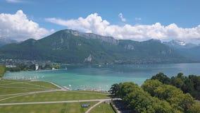 Bella vista aerea della linea costiera, dell'acqua di mare blu e delle montagne coperte dagli alberi verdi vicino a quella di del video d archivio