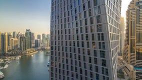 Bella vista aerea della passeggiata e del canale del porticciolo del Dubai con gli yacht e le barche di galleggiamento prima del  stock footage
