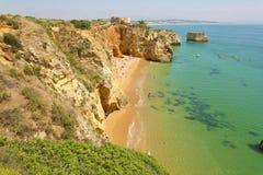 Bella vista aerea della spiaggia sabbiosa con vicino la regione a di Lagos, Algarve, Portogallo immagini stock libere da diritti