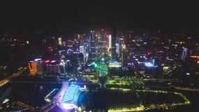 Bella vista aerea grandangolare di notte del distretto finanziario della nuova città di Canton Zhujiang, Guangdong, Cina con oriz fotografie stock libere da diritti