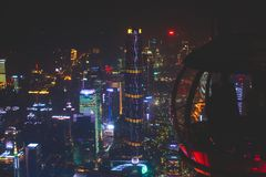 Bella vista aerea grandangolare di notte del distretto finanziario della nuova città di Canton Zhujiang, Guangdong, Cina con oriz immagine stock libera da diritti
