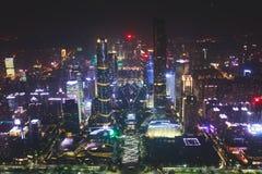 Bella vista aerea grandangolare di notte del distretto finanziario della nuova città di Canton Zhujiang, Guangdong, Cina con oriz Immagini Stock Libere da Diritti